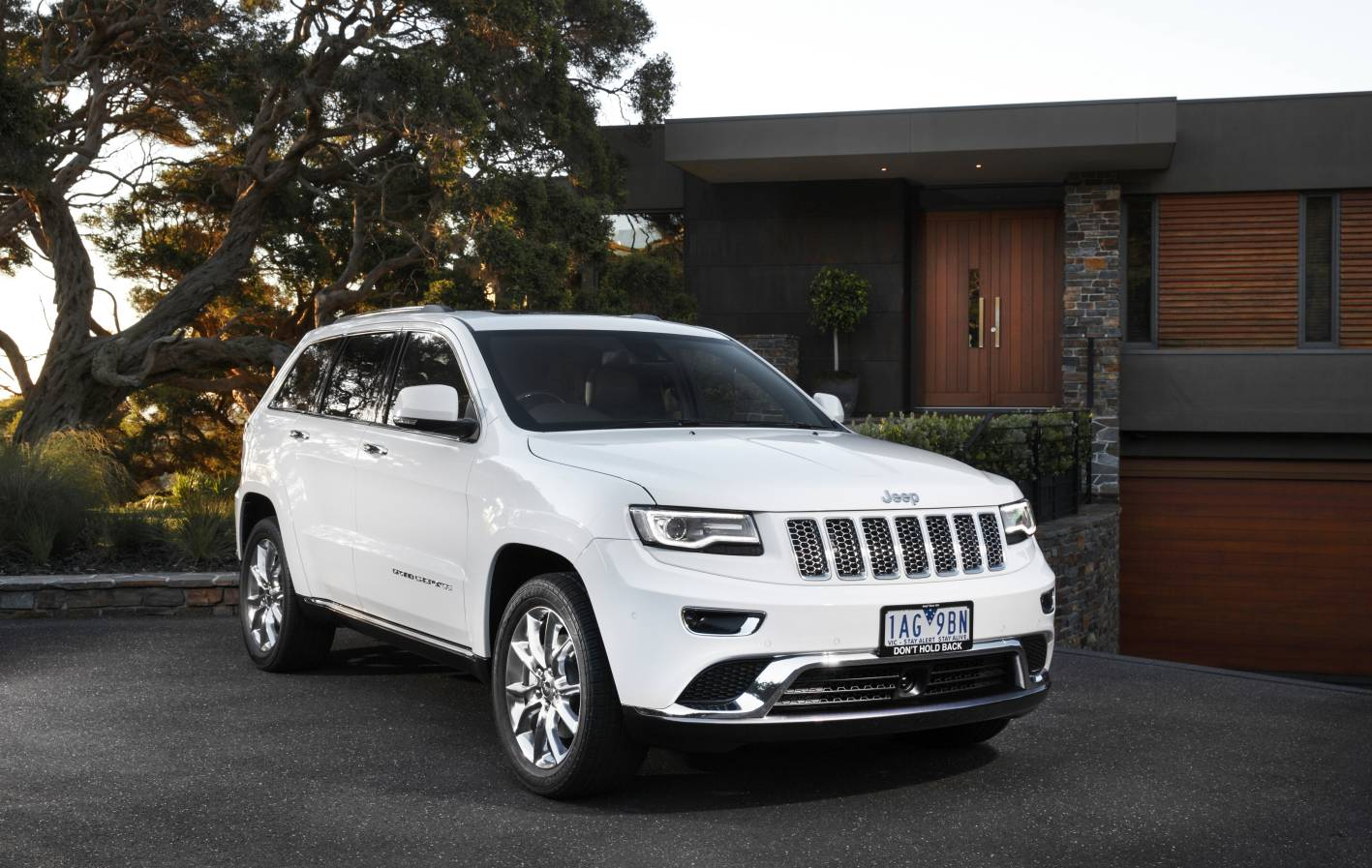 review jeep grand cherokee summit review and road test. Black Bedroom Furniture Sets. Home Design Ideas