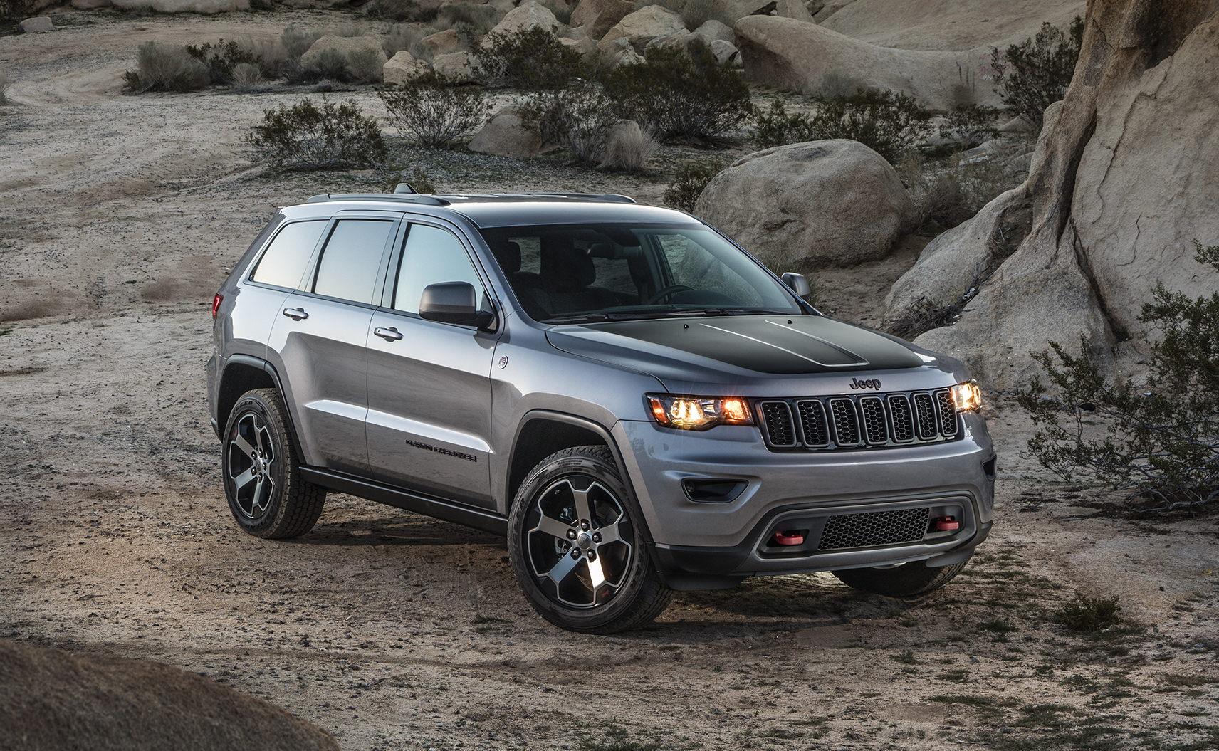 news jeep recalls 62 grand cherokee suvs over fire risk. Black Bedroom Furniture Sets. Home Design Ideas