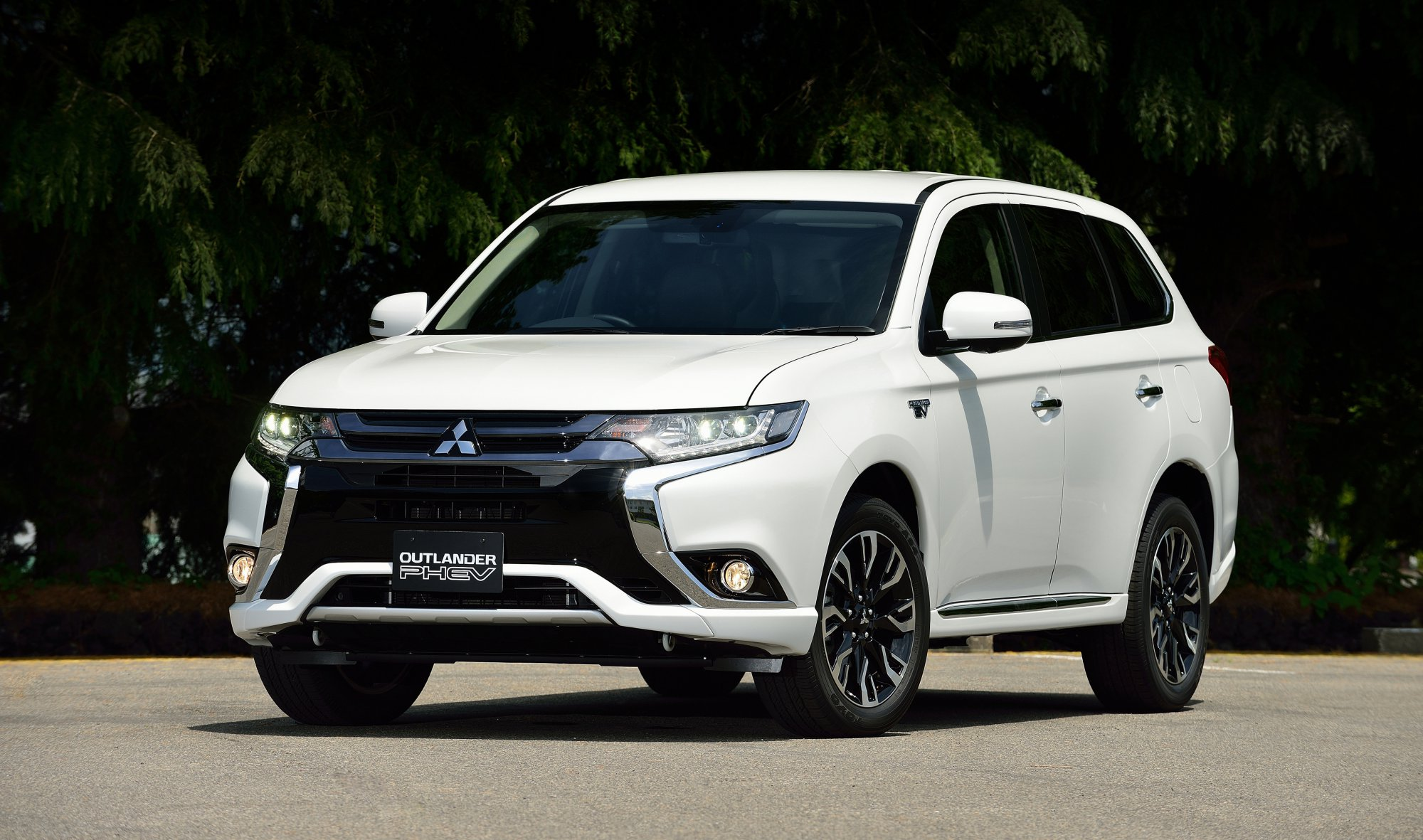 news mitsubishi introduces 2017 outlander phev. Black Bedroom Furniture Sets. Home Design Ideas