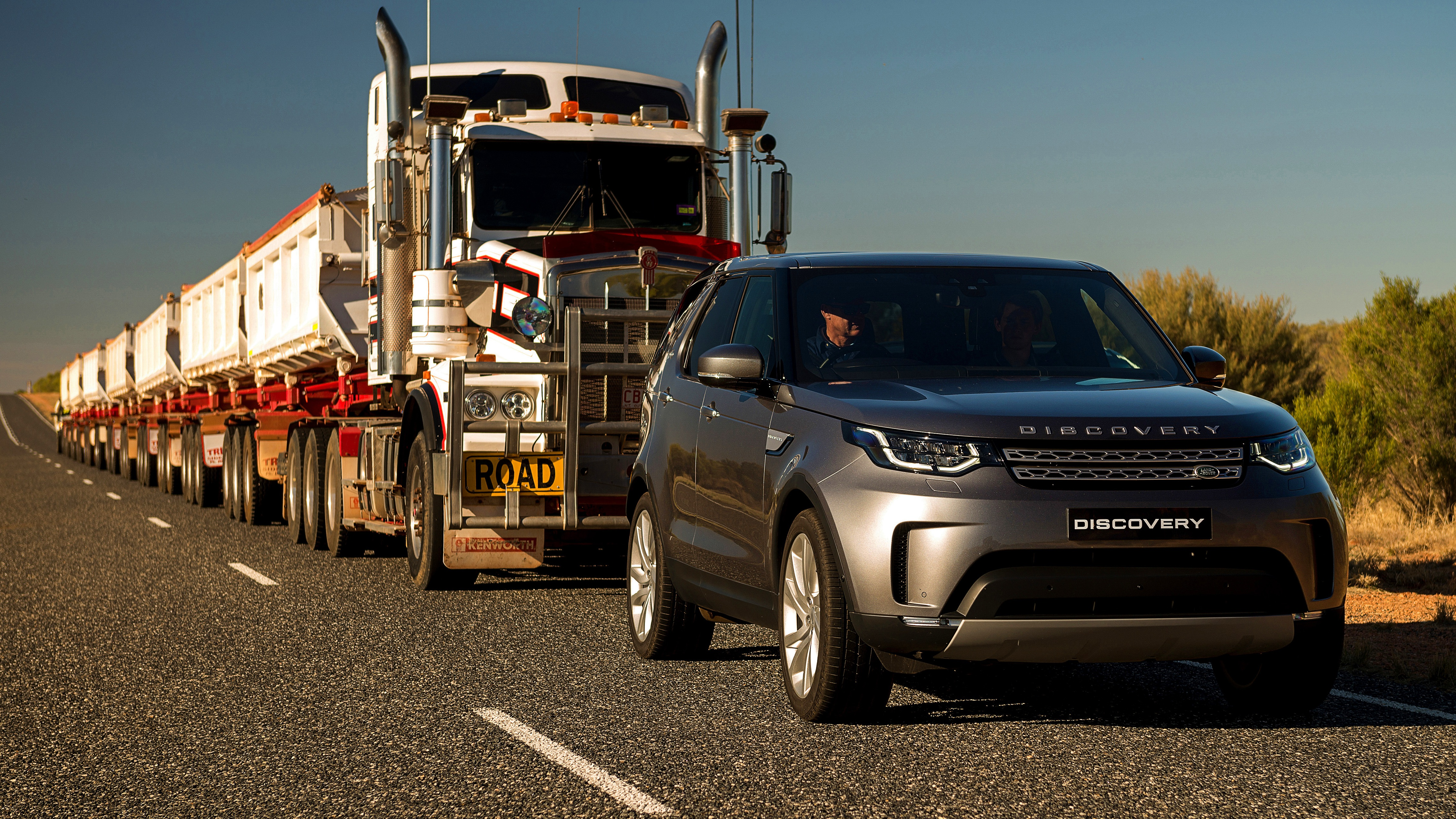news 2018 land rover discovery tugs 110 tonne road train. Black Bedroom Furniture Sets. Home Design Ideas